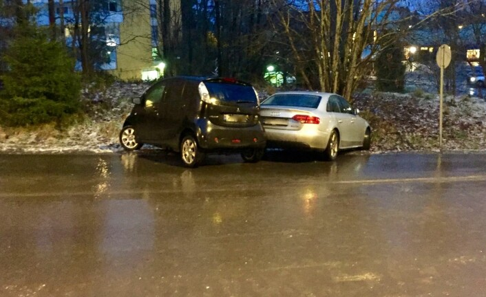 Det var såpeglatt på veiene mange steder på Østlandet morgenen 24. november. Her fra Oppegård i Akershus.  (Foto: Bård Amundsen)