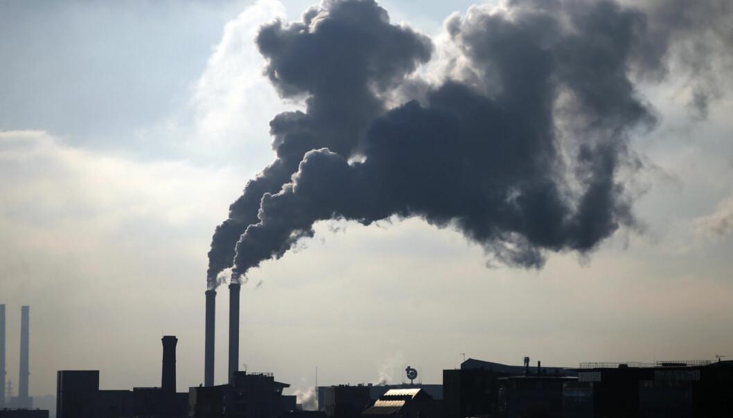 Vanndamp – en av gassene som påvirker jordas drivhuseffekt – stiger opp fra et forbrenningsanlegg utenfor Paris. FNs klimatoppmøte begynner i den franske hovedstaden 30. november.  (Foto: Charles Platiau, Reuters)