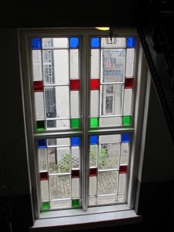 De opprinnelige vinduene er å finne i trappeoppgangen i bygget og er typiske  for slike murgårdsbygg.  (Foto: NIKU)