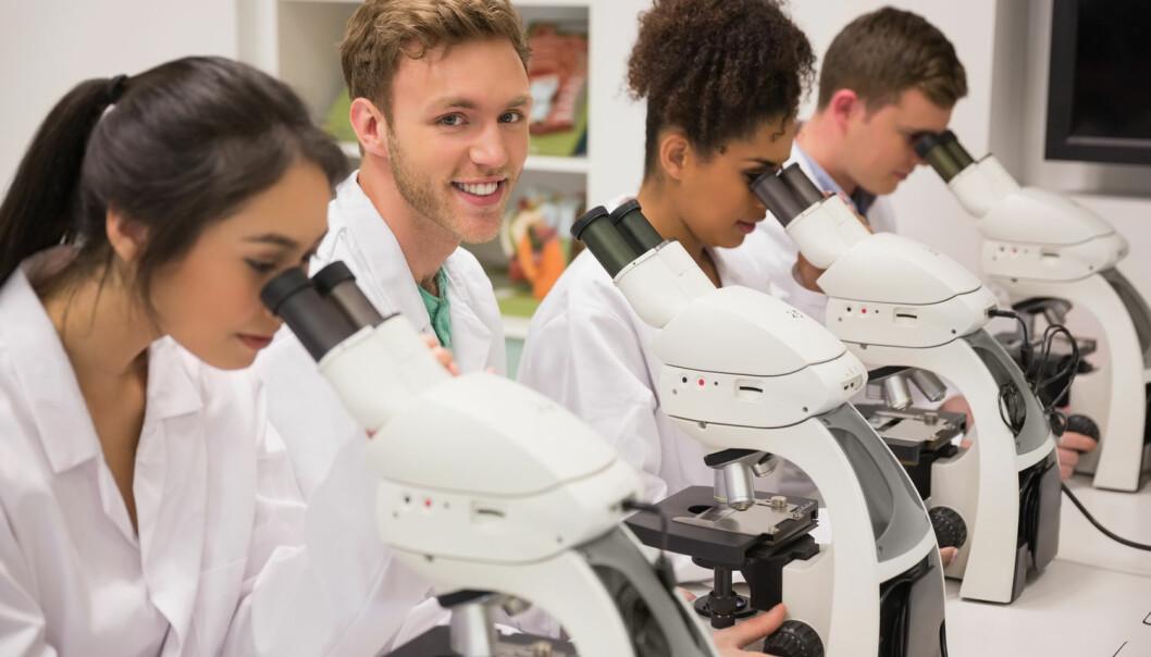 Det er grenser for hvor mye studenter lærer av å sitte på forelesningssalen. Laboratorieøvelser eller annet praktisk arbeid kan være vel så nyttig, ifølge Elisabeth Novdhaugen som har forsket på studenters tidsbruk.  (Foto: wavebreakmedia, Shutterstock, NTB scanpix)