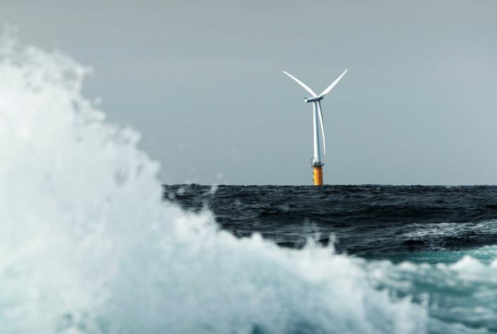 Vær og vind er både fiende og venn for vindmøller til havs. Nøyaktige målinger og simuleringer av vinden kan hjelpe utbyggerne å hente verdifulle ekstra watt ut av turbinene. Dette er den første flytende forsøksvindmøllen Hywind. Den ble anlagt utenfor Karmøy i Rogaland av Statoil i 2009. Høsten 2015 besluttet Statoil å bygge flere slike i verdens første flytende vindpark – Hywind pilotpark utenfor kysten av Petershead i Aberdeenshire, Skottland. (Foto: Helge Hansen/Statoil)