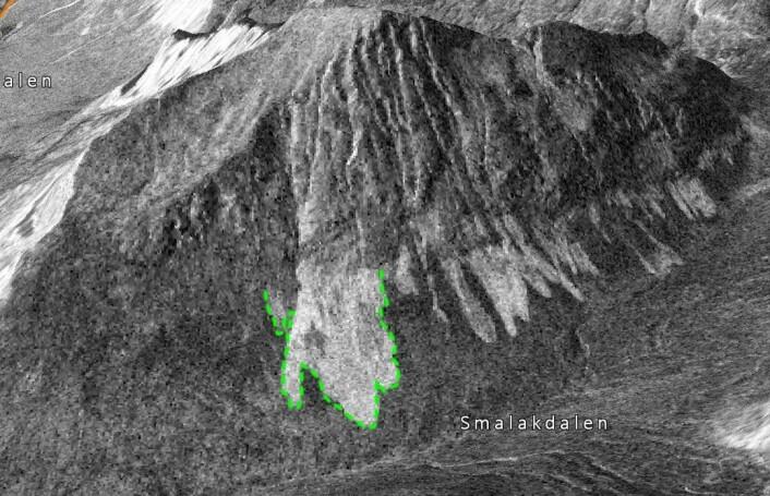 Her har forskerne tegnet omrisset av skredmassene i bunn av skredet. Du kan tydelig se at disse snømassene stikker seg ut på radarbildene. Den jevne snøen rundt reflekterer radaren dårligere, og blir seende mørk ut. (Foto: (Bilde: Norut))