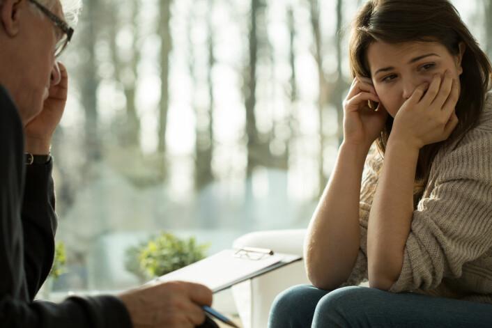 Kognitiv terapi kan lære folk å forebygge vinterdepresjon. Lysbehandling virker bare når pasienten fortsetter å bruke den; kognitiv terapi har en forebyggende effekt.  (Foto: Photographee.eu, Shutterstock, NTB scanpix)