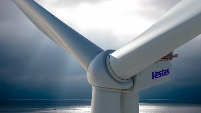 Vindmøller – eller vindturbiner, som er et mer riktig navn, siden de ikke lenger maler mel som før i Holland, men derimot lager strøm – har vært i kraftig utvikling siden 1970-tallet. Da førte kjernekraftprotester i Danmark til at større vindturbiner ble laget. Nå produseres stadig større vindturbiner for bruk til havs. Den største produsenten av vindturbiner er det danske selskapet Vestas, som også produserer den største modellen, 220 meter høy og med en effekt på 8 millioner watt. Også produsenter fra blant annet Tyskland, USA, Spania, India og Kina konkurrerer i et voksende marked. Kina produserer overlegent mest vindkraft av alle nasjoner, nesten 115 milliarder watt i 2014. (Foto: Vestas Wind Systems A/S)
