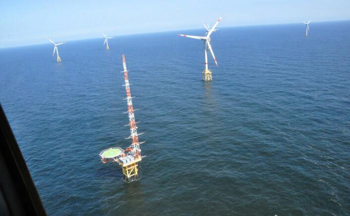 I forgrunnen: Forsøksplattformen FINO1, der målinger av vind, temperatur og luftfuktighet skal gi bedre kunnskap om hvor det er best å plassere vindmøller til havs. I bakgrunnen: Vindmøller i Tysklands første vindmøllepark til havs, Alpha Ventus. Den stod ferdig i 2009, og ligger i Nordsjøen, 45 kilometer nord for øya Borkum ved grensa mellom Nederland og Nord-Tyskland. (Foto: Benny Svardal, Christian Michelsen Research)