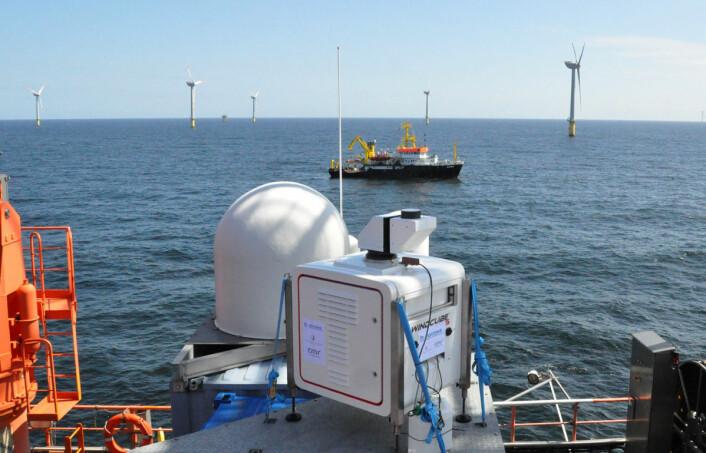 Lidar på dekket av forsøksplattformen FINO1. Lidar virker omtrent som en radar, bare med lys. Den sender fra seg lyspulser, og refleksene eller radarekkoet sier noe om avstand og fart til støvpartiklene i lufta. Slik kan vindhastighet og vindretning beregnes. (Foto: Benny Svardal, Christian Michelsen Research)