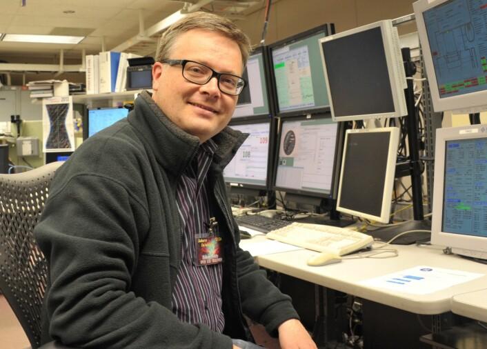 Forsker Håkon Dahle på jobb i kontrollrommet på et av teleskopene på Hawaii. (Foto: Fumiaki Nakata)