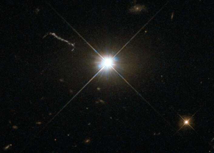 Kvasaren 3C 273 fanget av Hubble-teleskopets Wide Field Planetary Camera 2. Denne kvasaren er 1,9 milliarder lysår unna jorden og er den første kvasaren som ble oppdaget, i 1963.  (Foto: Nasa/J. Bahcall, IAS)
