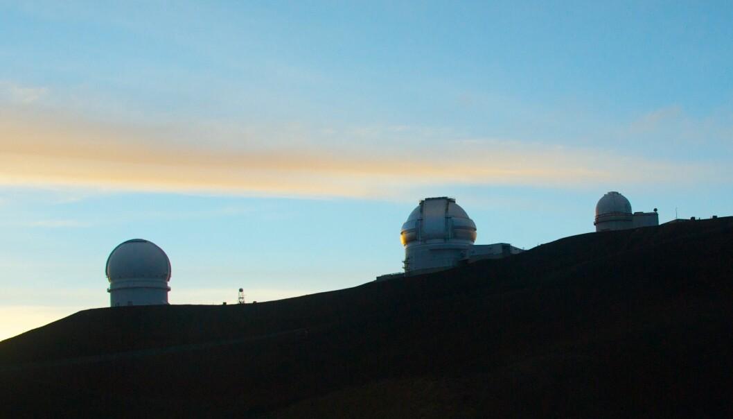 Teleskoper i soloppgang på Mauna Kea: Canada-French-Hawaii Telescope (CFHT) til venstre, Gemini i midten, University of Hawaii 2.2-Meter Telescope til høyre. (Foto: Håkon Dahle)
