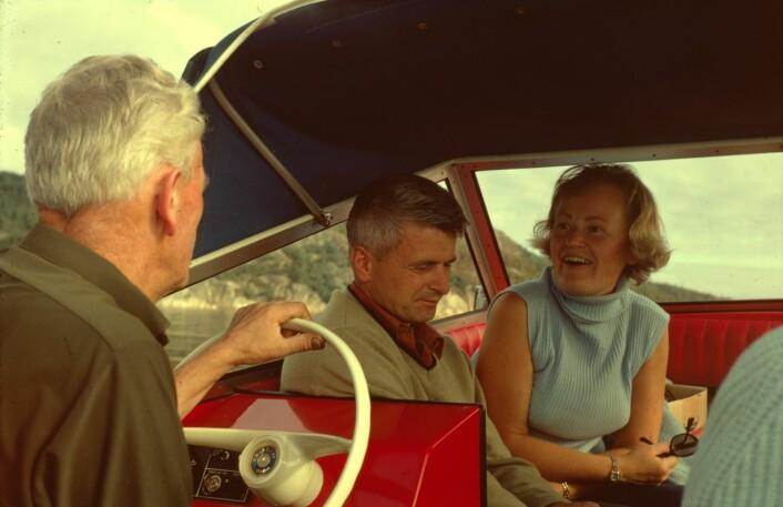 Åsveig og Markus Pestalozzi på båttur. Astris morfar sitter bak rattet. (Foto: Privat)