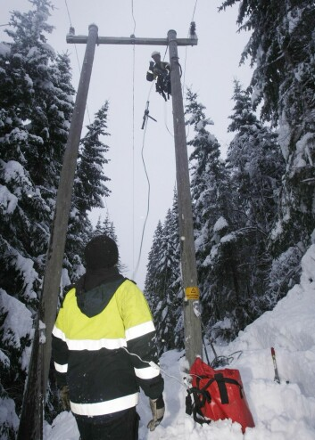 Hafslund-arbeidere i gang med å sette i stand strømnettet til Agder Energi for noen vintere siden. (Foto: Tor Erik Schrøder, NTB scanpix)