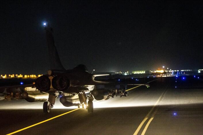 Bildet viser franske fly som tar av fra en ukjent flyplass for å bombe mål i IS-hovedstaden Raqqa i Syria. (Foto: ECPAD, AFP/NTB scanpix)