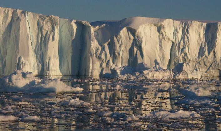 Flere isbreer på Grønland krymper, beveger seg raskere mot havet, og kalver mer, viser målinger ved hjelp av ulike radarsatellitter.    (Foto: A. Pope/National Snow and Ice Data Centre)