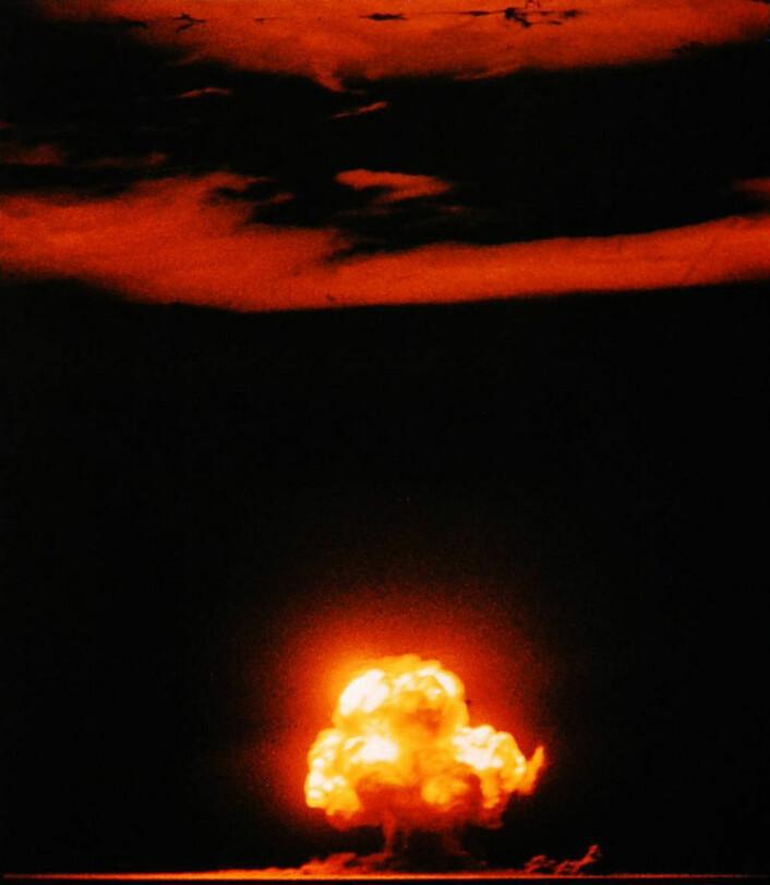 Den første atombombe-testen noensinne: Trinity-testen i New Mexico i 1945. Bittesmå rester av alle overflatesprengningene gjennom etterkrigstiden har funnet veien ned i grunnvannet på jorda. (Foto: Jack W. Aeby)