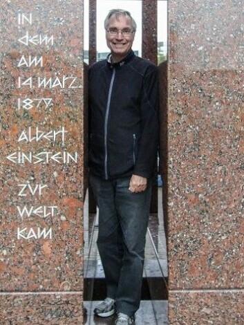 Øyvind Grøn i monumetet som markerer Einstein. (Foto: Torkild Jemterud, NRK)