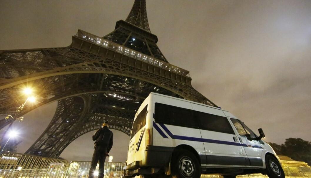 Sent på kvelden 13. november slo terrorister til mot flere mål i Paris. - Det er avgjørende hvordan staten reagerer på dem, mener norsk.  (Foto: Epa/Scanpix)