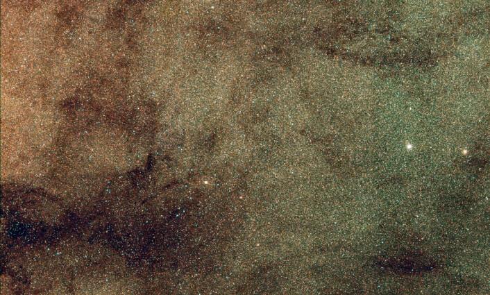 Stjernesvermer i midten av Melkeveien, der de sju urgamle stjernene ble funnet. Bildet er tatt med SkyMapper-teleskopet i Australia. Det ble brukt i den første silingen av stjernene i denne studien. (Foto: Christopher Owen)