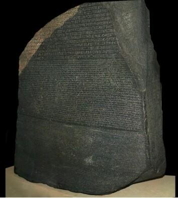 Rosettasteinen førte til at vitenskapsmenn klarte å knekke hieroglyf-koden. Den er blant skattene i British Museum som du nå kan se på nett. Egypt har krevd den utlevert, men engelskmennene mener de fikk tak i den på lovlig vis.  (Foto: Britisk Museum)