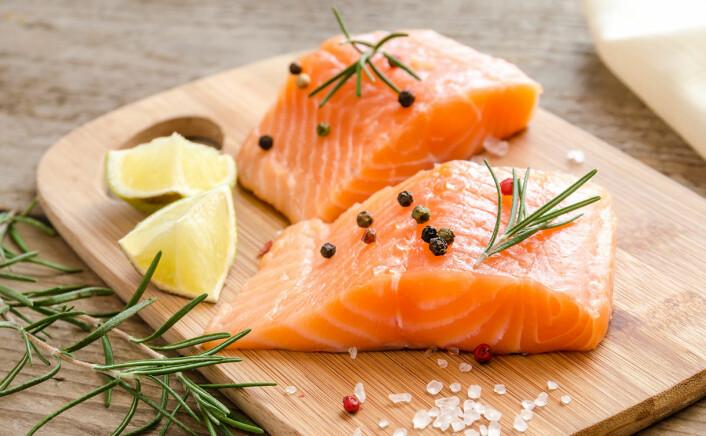 Tross redusert innhold av omega-3 i oppdrettslaks, er det nok igjen til at den er sunn å spise. Innholdet av miljøgifter er også lavt, ifølge nyere norsk rapport. (Illustrasjonsfoto: www.colourbox.no)