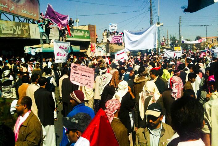 Når mange nok mennesker forstår at de kan protestere uten frykt for å bli arrestert, skjer et plutselig skifte i tankene deres. Dette tilsvarer et hopp fra en ustabil likevekt i frykt til en stabil likevekt i frihet, slik det er beskrevet i den matematiske modellen. Bildet viser protester i Sanaa i Jemen den 3. februar 2011. (Foto: Sallam, https://creativecommons.org/licenses/by-sa/2.0/deed.en)