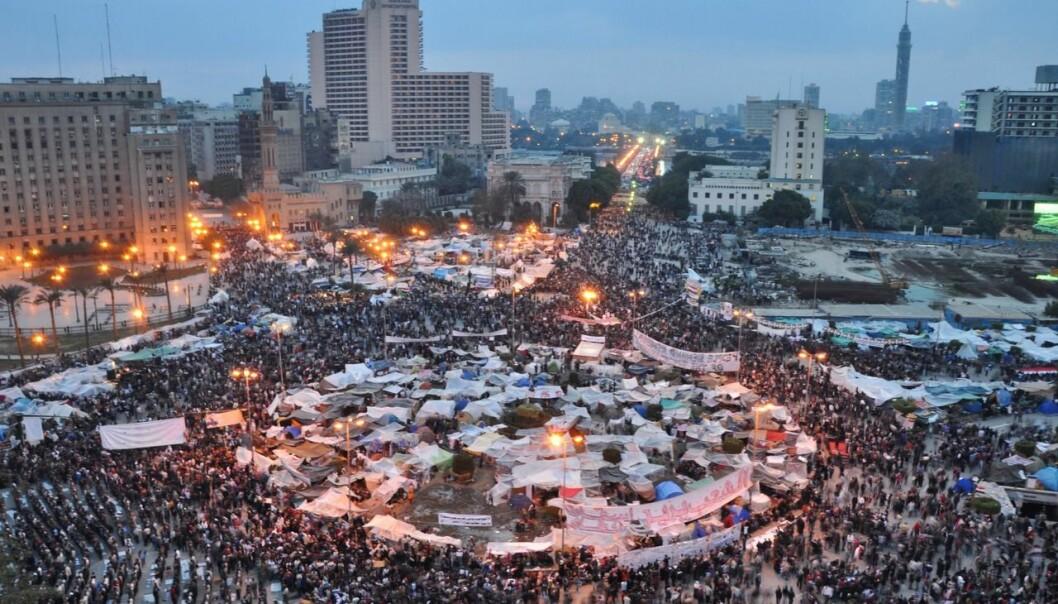 Egypt fungerte som en koblingssentral på Facebook mellom mindre land som Tunis og Jordan da opprøret spredte seg rundt årsskiftet 2010-2011. Dette er et nytt funn som matematikere har gjort ved å bruke en matematisk modell på den arabiske våren. Bildet viser folkemengden på Tahrirplassen i Kairo den 9. februar 2011. (Foto: Jonathan Rashad, Creative Commons Attribution 2.0 Generic licence.)