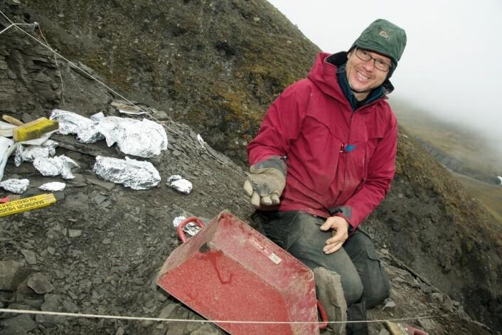 Achim Reisdorf fra Sveits vet hvor det lønner seg å lete etter knoklene.  (Foto: Yngve Vogt)