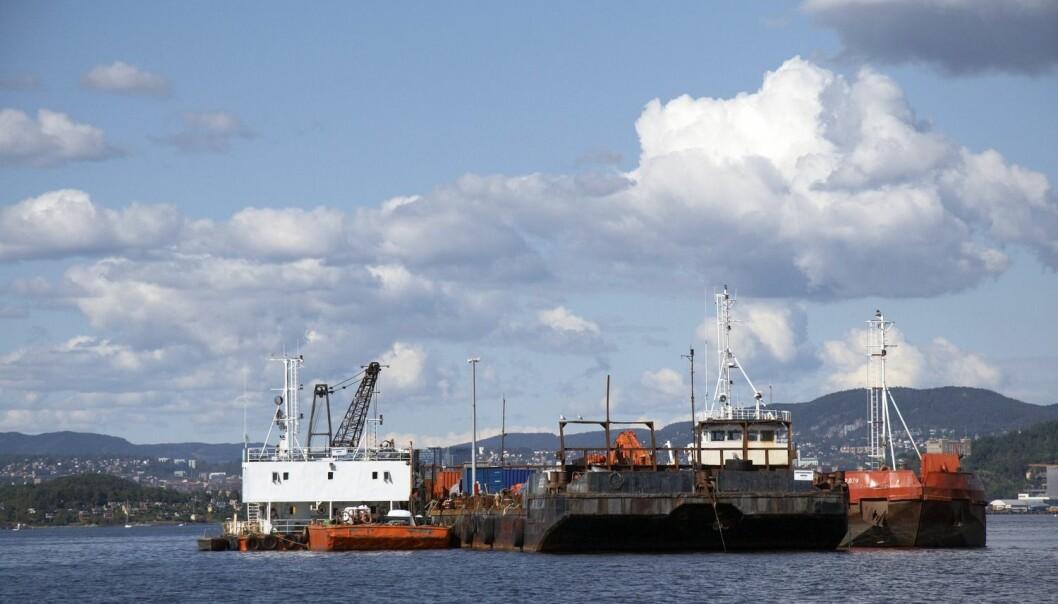 En lekter dumper giftig avfall i Malmøykalven i 2007. (Foto: Tore Wuttudal, Samfoto)