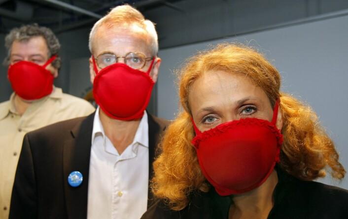 Professor Elena Bodnar (til høyre) ved MIT Museum i USA her designet en BH som også kan tas fra hverandre og brukes som to gassmasker. For oppfinnelsen vant hun en Ig Nobel i 2009. (Foto: Adam Hunger, Reuters)
