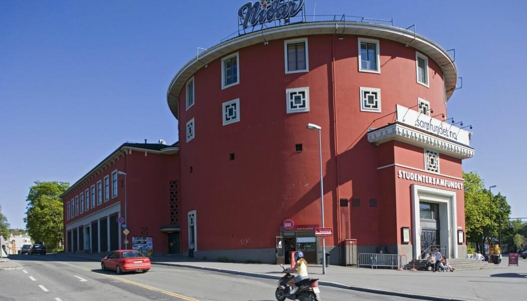 Det runde huset Samfundet i Trondheim har helt siden 1917 huset UKA  – Norges største kulturarrangement. Nå mistenker Folkehelseinstituttet at uvaksinerte utenlandske studenter har smittet norske studenter med kusma her. De har siden spredt sykdommen til Bergen og Oslo.  (Foto: Bård Løken, Samfoto)