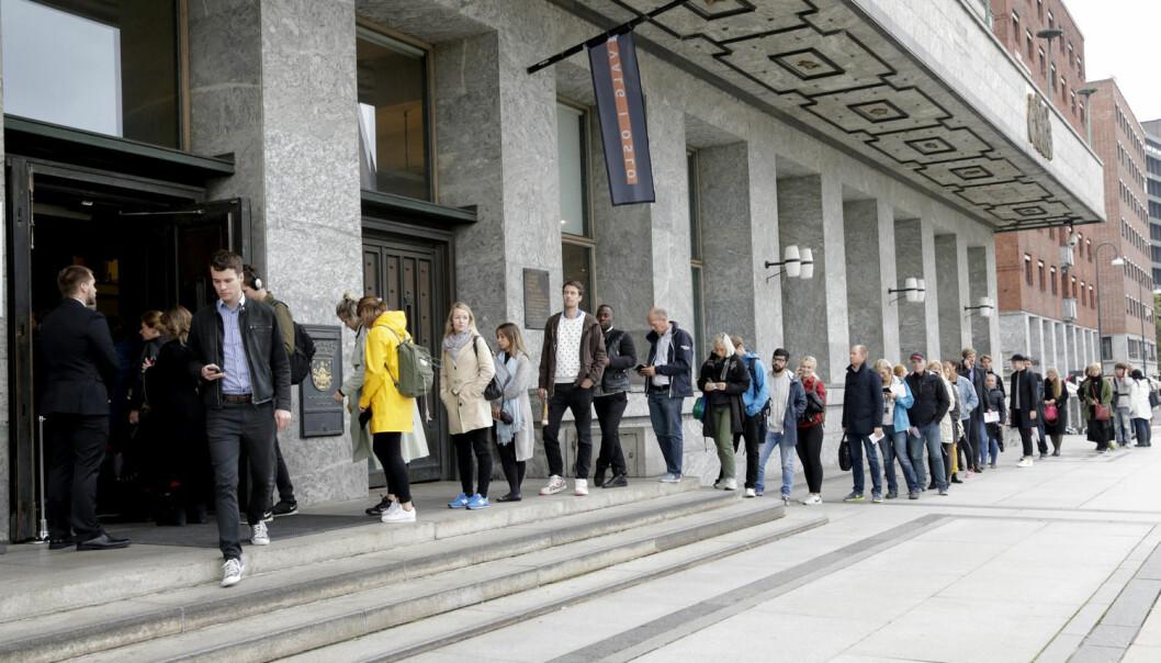 Lange køer foran valglokalene til tross, valgdeltakelsen fortsetter å falle, viser nye tall fra Statistisk sentralbyrå (SSB).  (Foto: Berit Roald, NTB scanpix)