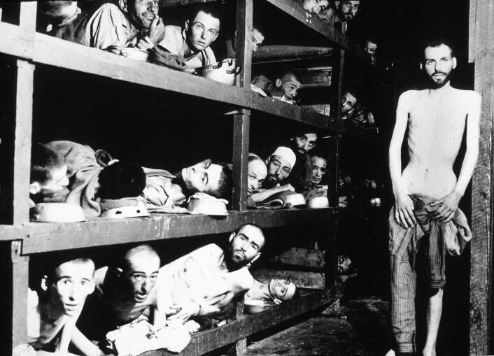 Dette bildet er tatt i Buchenwald 16. april 1945, et par dager etter at amerikanske styrker hadde frigitt konsentrasjonsleiren. Mennene på bildet er slavearbeidere som levde under mye verre forhold enn de norske studentene. (Foto: Album, Rue des Archives, FIA)