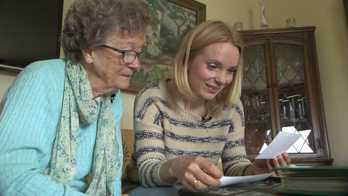 Solveig og mormor Sonja Halvorsen ser på bilder av morfar. (Foto: Ole André Rekkedal, NRK)
