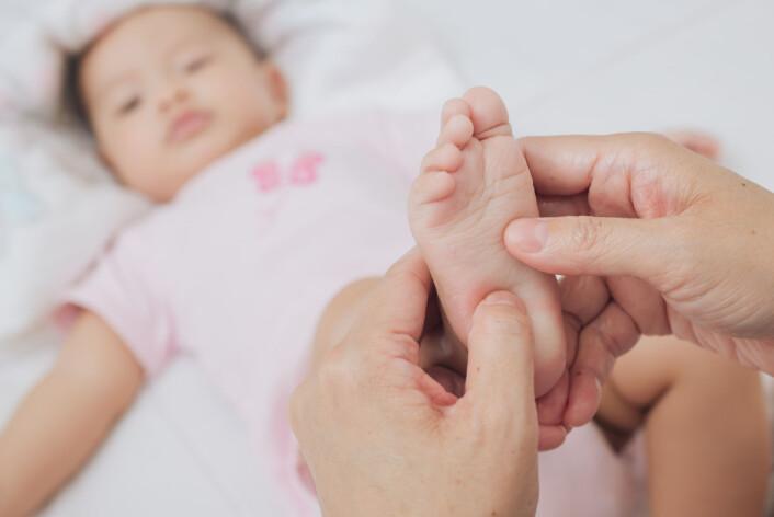Når noen berører foten til en nyfødt, kobler det antagelig ikke følelsen til omverden. Spedbarn på fire måneder tar ikke feil av hvilken fot det har blitt berørt på, selv om de har kryssede bein. Det gjør de fleste voksne.  (Illustrasjonsfoto: Microstock)