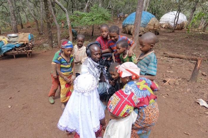 Saliou Mohamdou, tidligere masterstudent ved visuelle kulturstudier ved UiT og sønn av landsbysjefen i Ngan-Ha, landsbyen som eier området der disse Mbororoen har midlertidig bosted, forsøker å filme barns lek. (Foto: Trond Waage)