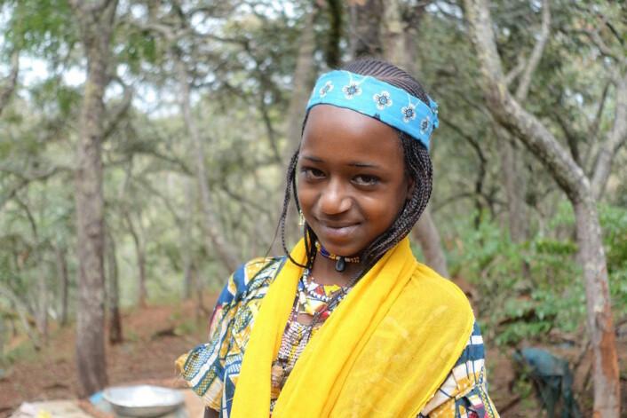 Mbororokvinne kledd og sminket til hverdagsliv ute i skogen. (Foto: Trond Waage)