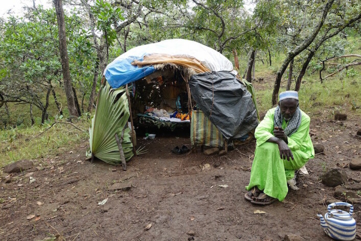 «Baba saare» (fulani, direkte oversatt: far i husholet) foran stråhytta si. (Foto: Trond Waage)