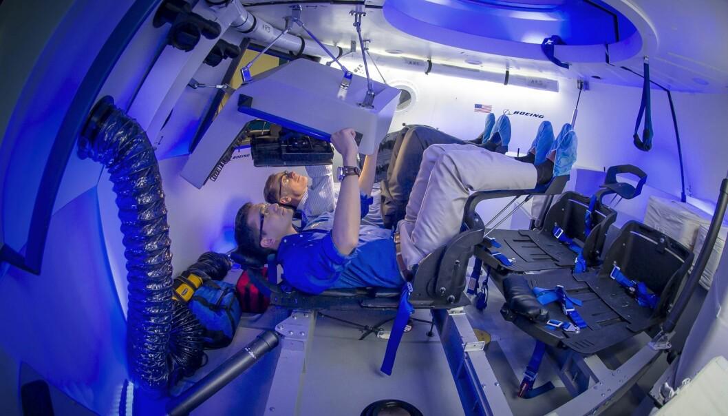Boeing er i ferd med å teste Starliner-kapselen. Den amerikanske astronauten Chris Ferguson (lengst fra kamera) er leid inn for å jobbe på romkapselens innredning, noe som gjør det enkelt å betjene.  (Foto: Boeing)