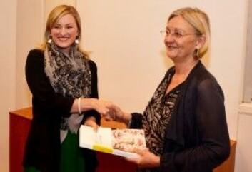 Hege Skjeie overleverer NOUen Politikk for likestilling til statsråd Inga Marte Thorkildsen i 2012.  (Foto: BLD)
