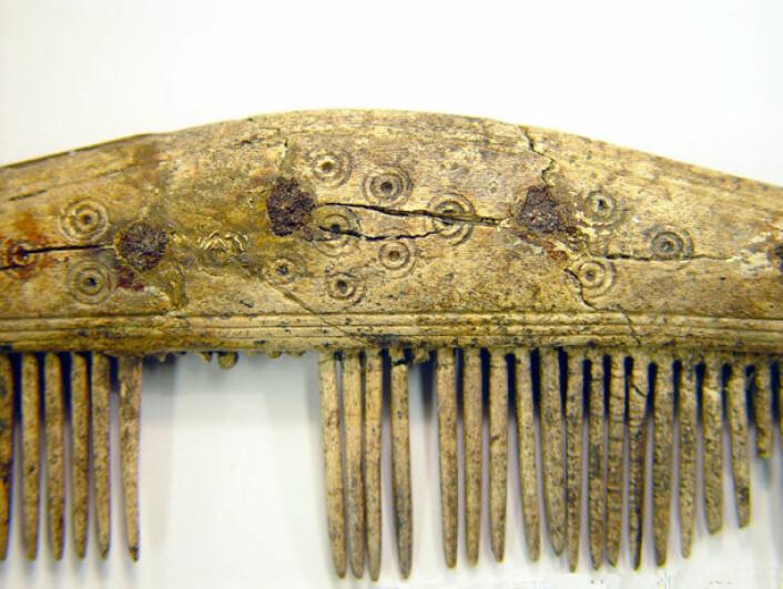 Kammene var mønstrete, og mønstrene gikk ofte igjen over hele Skandinavia. Kammene er sannsynligvis også blitt brukt til å fjerne lus. (Foto: Dan Carlsson)