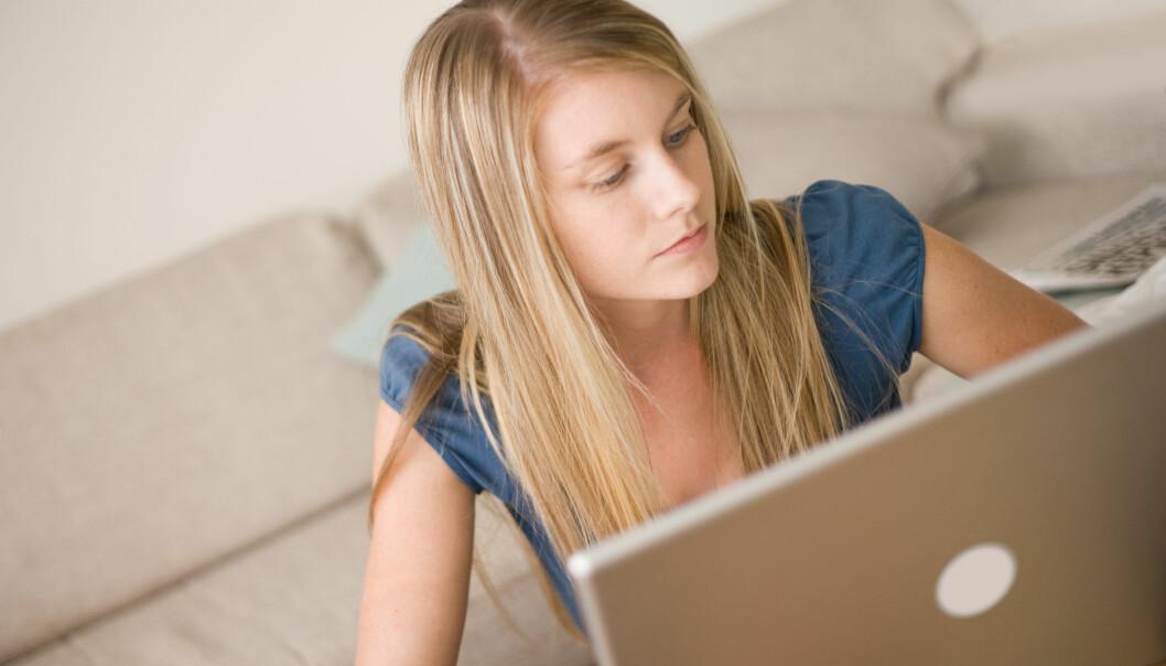 Facebook og sosiale medier er jentenes arena. Men de bruker den stort sett til helt andre ting enn å engasjere seg politisk, viser en ny norsk studie.  (Foto: Microstock, NTB scanpix)