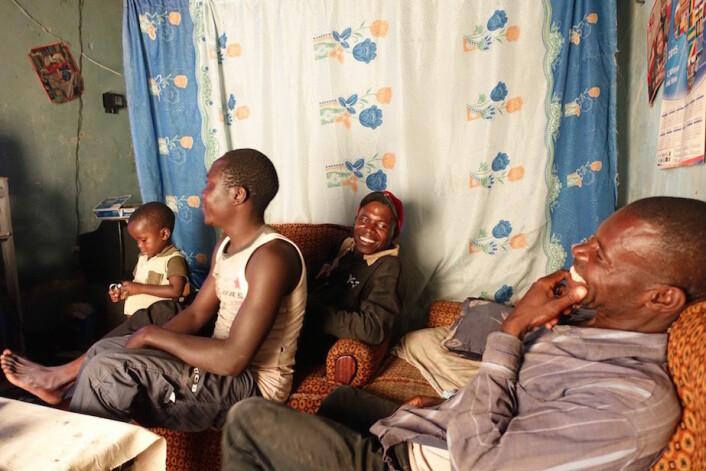Uncle og Elie koser seg under ei visning av filmen Les Mairuuwas.