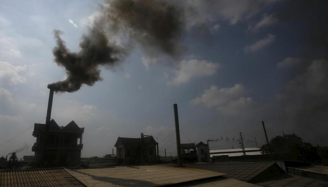 Røyk stiger fra en pipe på en papirfabrikk utenfor Vietnams hovedstad Hanoi. FNs klimakonvensjon tror utslippet av klimagasser per person vil reduseres med 8 prosent de neste ti årene.  (Foto: Reuters)