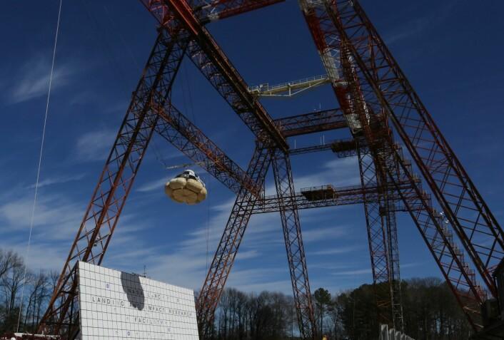 Boeing Starliner utstyrt med kollisjonsputer for å dempe fallet. Teknikken er testet med fallprøver fra en kran.  (Foto: Boeing)