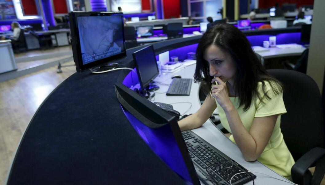 Gjennom valg av vinkling, kilder og verdiladede ord og uttrykk former journalistene hvordan du skal oppfatte budskapet, som for eksempel i vanskelige saker.  (Foto: David Mdzinarishvili, Reuters/NTB scanpix)