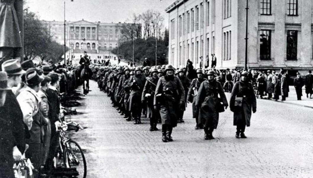 Tyske soldater marsjerer nedover Karl Johans gate den 9. april 1940. Okkupasjonen var i gang. (Foto: Offentlig eiendom)