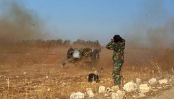 Et medlem av opprørsgruppen Den frie syriske hær avfyrer et våpen mot styrker som støtter Bashar al-Assad på et jorde sørvest i Syria. Tørken i landet gikk hardt utover kornproduksjonen i årene før borgerkrigen begynte.  (Foto: Alaa Al-Faqir, Reuters)