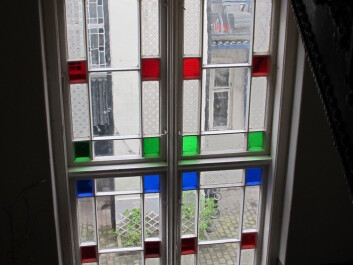 The original windows are to be found in the stairwells and are typical of this older apartment blocks. (Photo: NIKU)