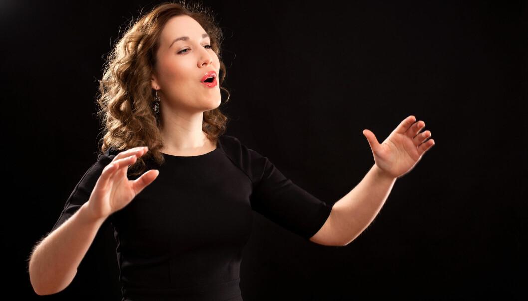 Å synge med halsbetennelse eller holde foredrag med forkjølelse kan gi langvarige stemmeproblemer.  (Illustrasjonsfoto: Microstock)