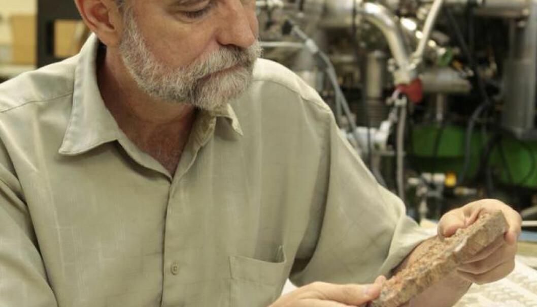 Inni eldgammel stein kan det sitte enda eldre zirkonkrystaller. Mark Harrison ved University of California, LA er en av forskerne som fant karbon inne i en slik krystall.  (Foto: Reed Hutchinson/UCLA)