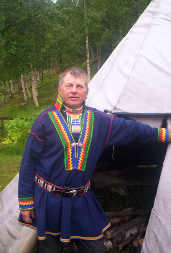 Ikke engang denne mannen i pitesamisk kofte i Beiarn, Nordland har pitesamisk som morsmål. Ingen har det i Norge i dag. (Foto: Norbert Kiss-Eino81/Wikimedia Commons)
